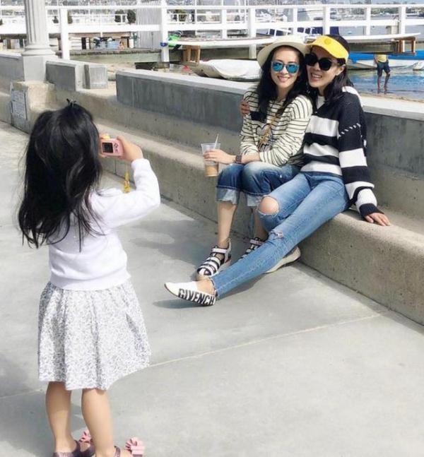 章子怡带女儿游农场,4岁醒醒第一次亲眼看到公鸡,心... _腾讯网
