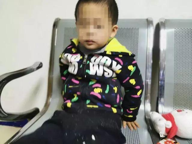 6岁男童被遗弃城站火车站!监控拍下同行黑衣年轻女子!这封信让人无语...