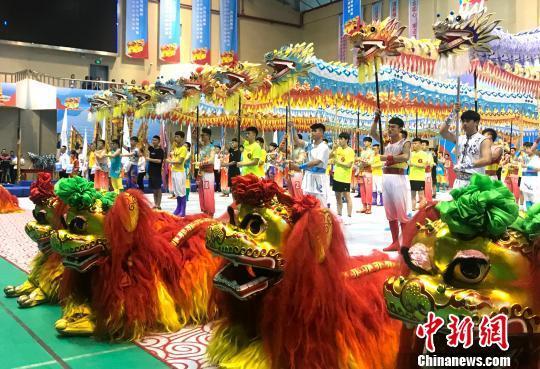 """江苏扬州上演""""龙狮""""争霸盛会 32支舞龙舞狮队同台竞技"""