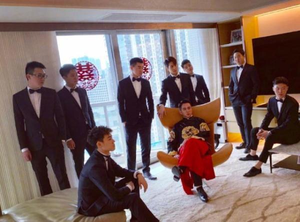 王嘉尔参加好友婚礼,伴郎装现身抢尽风头,一双袜子看出品味