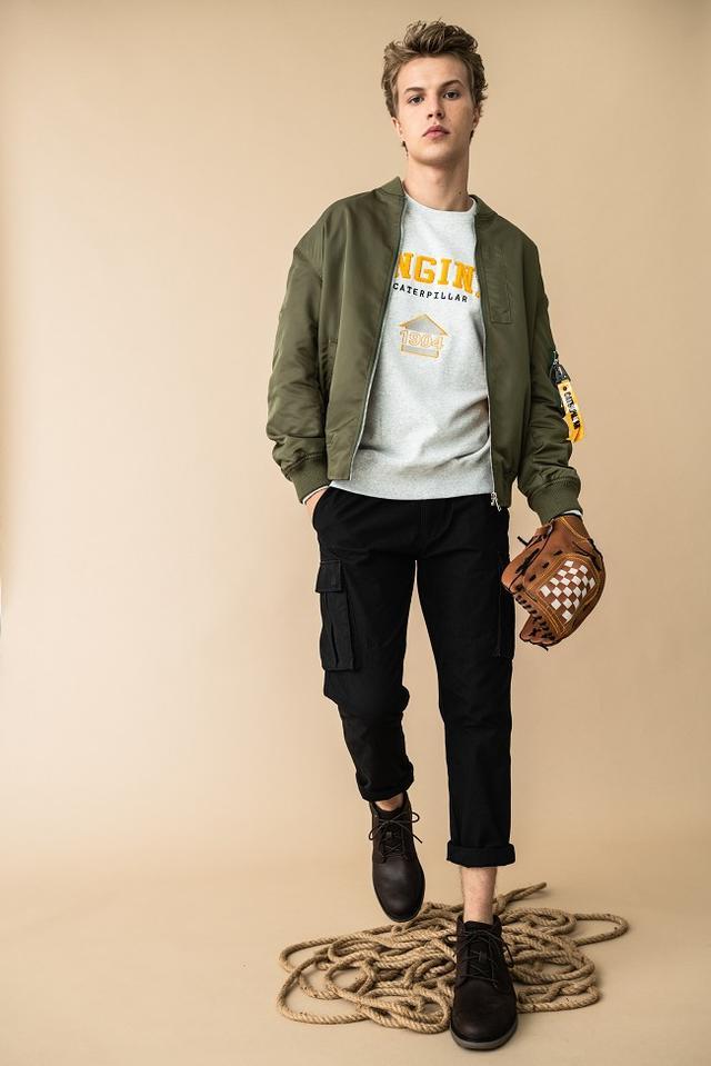 工装裤配马丁靴的图片