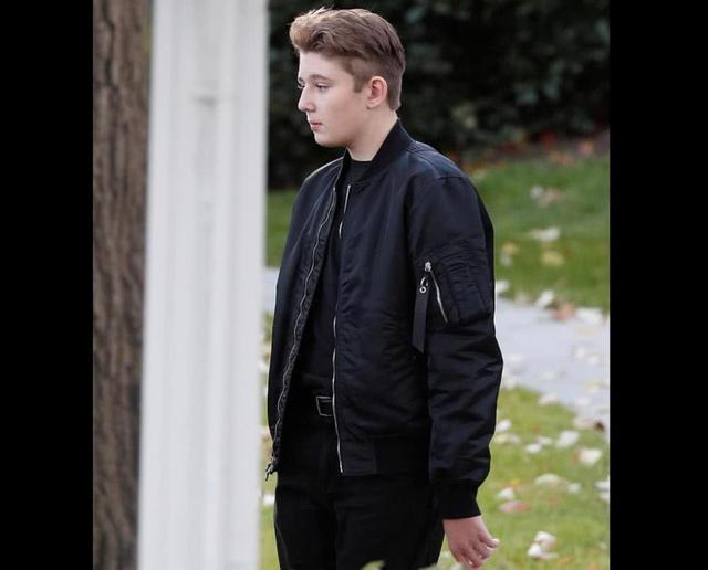 14岁小巴伦参加叔叔葬礼,皮肤白得发光,年龄最小竟走在最前面