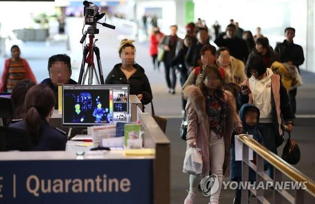 韩国游客来中国旅游,疯狂吃西瓜和肉,饿死鬼吗
