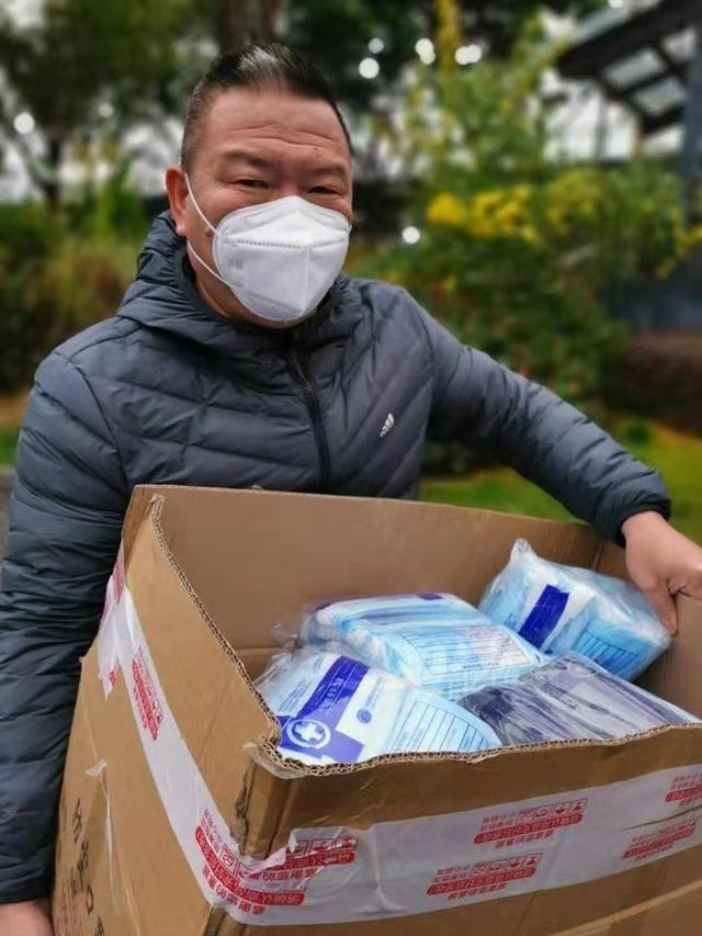 微信群发布,捐出悉数库存!温州电商企业捐赠口罩29万只、护目镜9500副