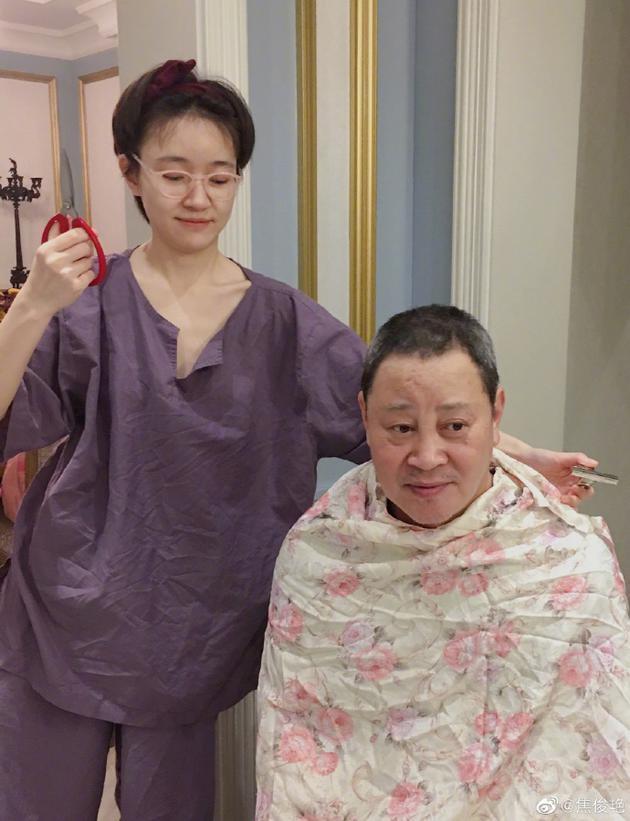 焦俊艳为爸爸理发参差不齐险剪秃 网友:收手吧