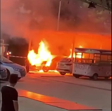 比亚迪秦Pro纯电动汽车在充电站起火 官方客服称起火原因尚待检测