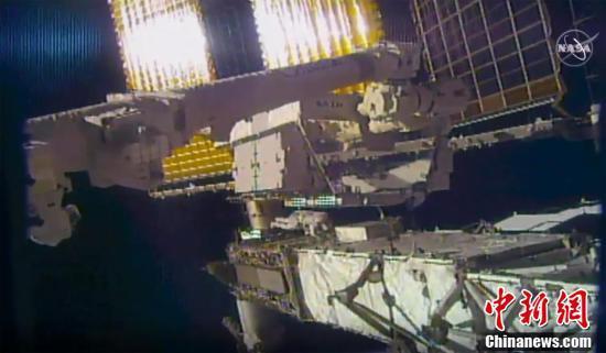 宇航员走出国际空间站更换电池 太空行走时镜子飘走