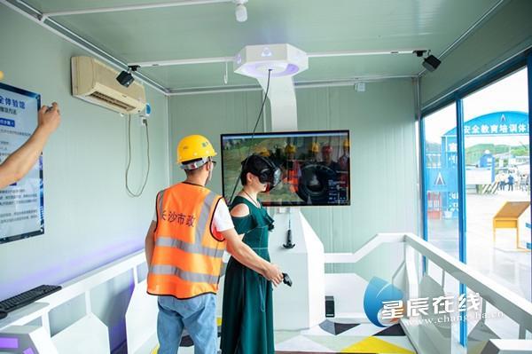 """""""施工质量安全生产标准化工地""""长啥样?紫荆路跨龙王港河桥现场观摩"""