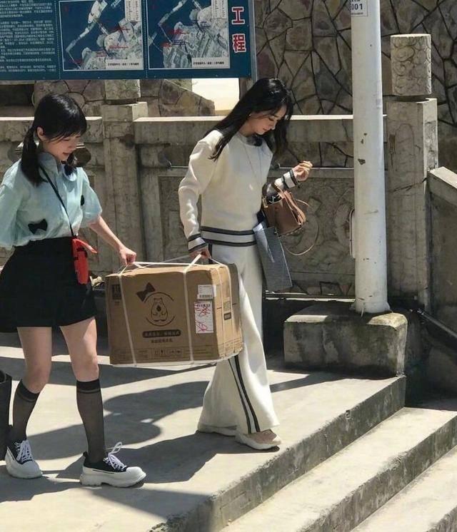 赵丽颖黄晓明录《中餐厅》买菜,小脚裤配马丁鞋,气质又飒又干练