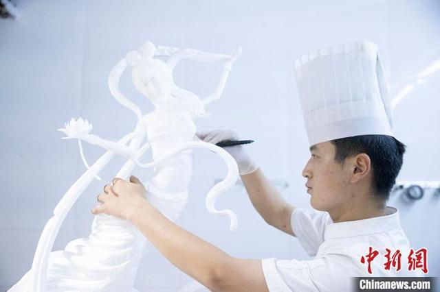 """23岁厨师小伙""""刀下锦绣""""用泡沫雕出西施像"""