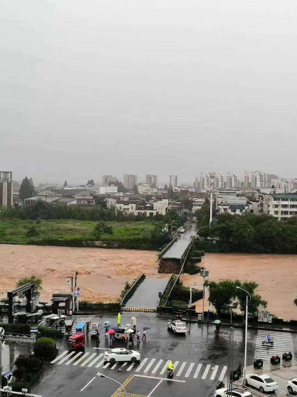 强降雨致安徽黄山屯溪老街口500年大桥冲毁