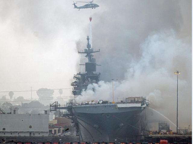 """舰岛烧穿、雷达倒塌,美失火""""准航母""""损伤严重或报废"""