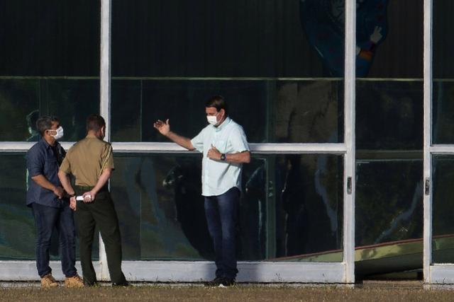 巴西总统再次检测阳性!无法忍受被困官邸,靠喂鸵鸟消磨时间