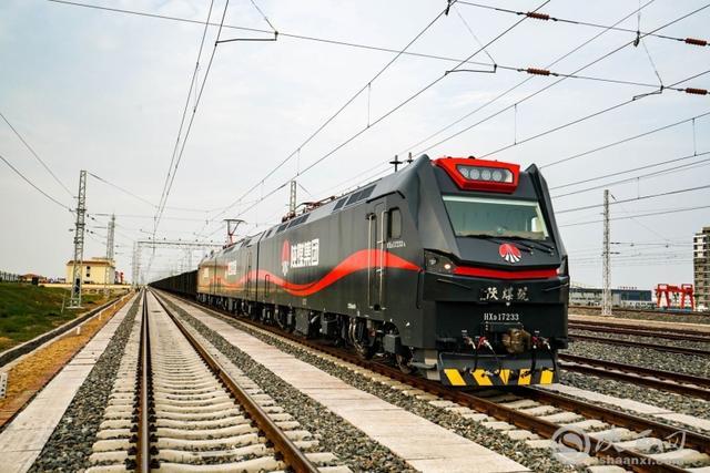 澳门普京娱乐,www3522com靖神铁路首列万吨重载试验列车发车