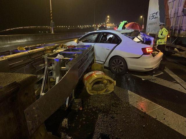 昨晚,舟山一小车错过出口实线变道被货车撞飞,车上一家四口有人重伤