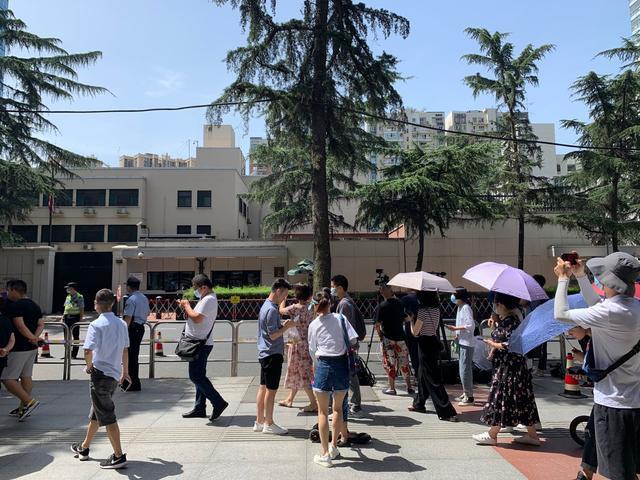 成都美领馆关闭前24小时:民众围观,有人高唱《大中国》