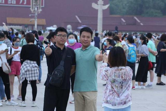 """今天八一建军节!清晨天安门广场升旗仪式,游客高呼:""""祖国万岁!"""""""