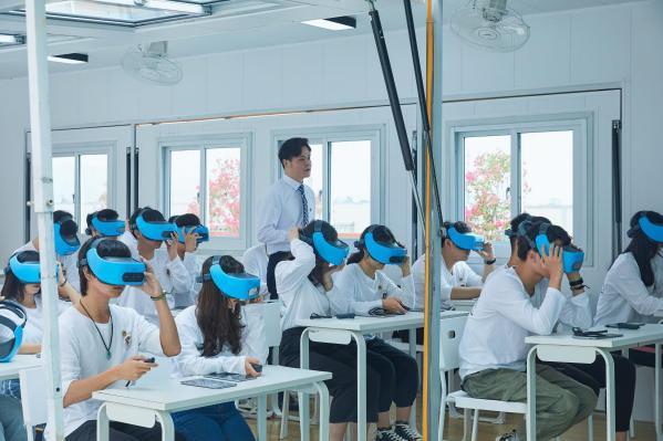 """特级教师""""分身有术"""",""""5G+""""教育变革师生互动"""