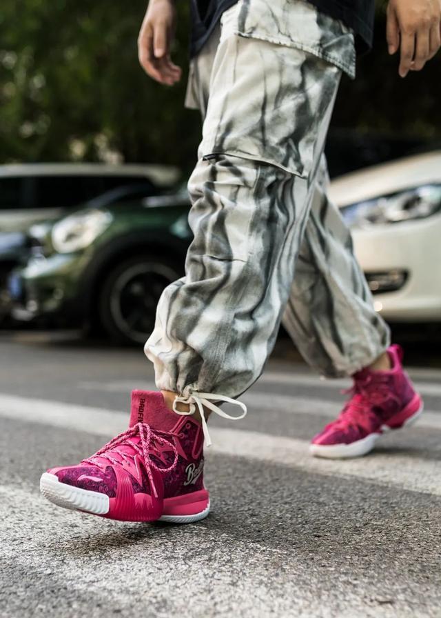 回头率是真的高!这是最近穿过「最骚的国产好鞋」