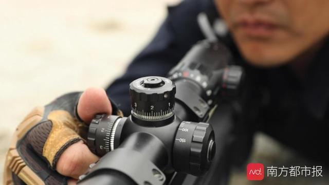 特警狙击手背影照片