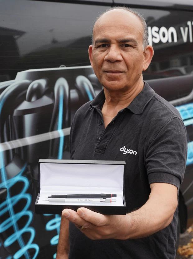 英工程师为公司奉献20年,疫情期间被裁,补偿仅为两支自动铅笔
