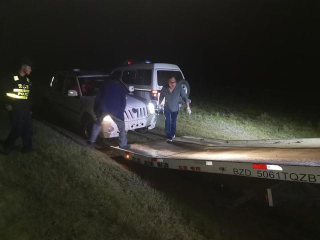 民警救助被困车辆 情暖人心