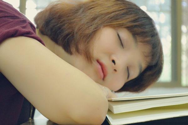 """女性睡觉时,为何总爱""""两腿一分""""夹住被子?男性朋友也需了解"""