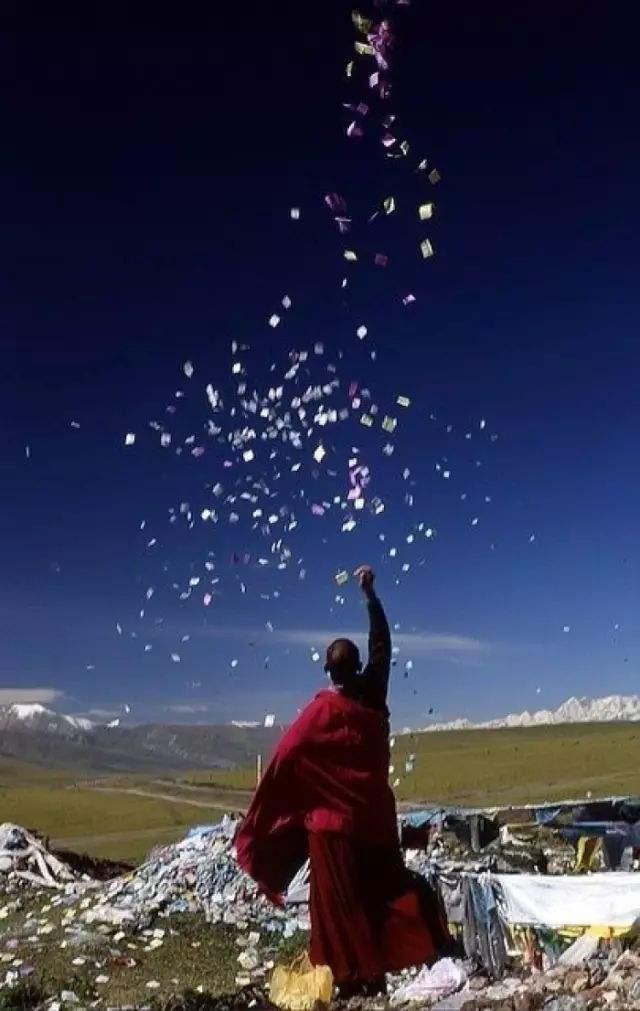 阳光明媚西藏喇嘛图片
