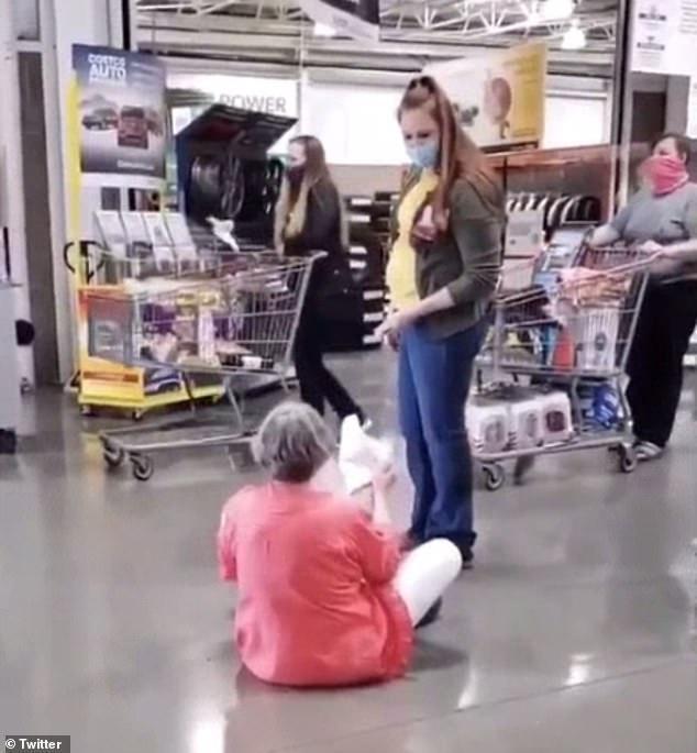"""美大妈逛超市不戴口罩被拒绝服务,当场坐地撒泼喊""""我是美国人"""""""