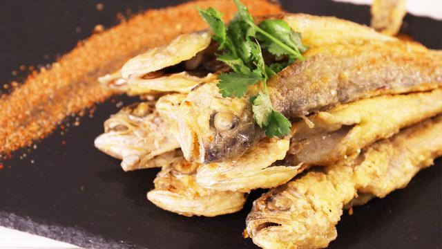 手把手教你香煎小黄鱼:腌制黄鱼有技巧,煎出回忆里的家乡味道!