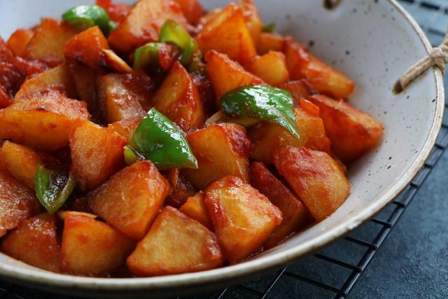 西紅柿別炒雞蛋,教你解饞吃法,加2個土豆簡單一做,比肉還下飯