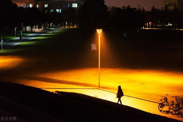 黑夜路灯下的背影图片