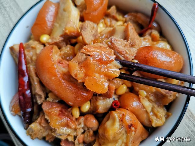 教你做黄豆炖猪蹄,酱香十足还下饭,黄豆软软糯糯好吃停不下来