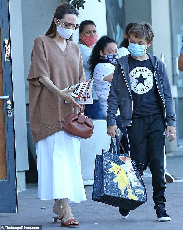 朱莉带12岁儿子逛街,宽袍大袖遮纸片身躯,16岁越南养子独自开车