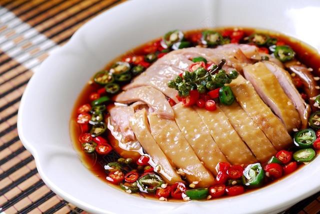 籐椒雞,一吃就上癮的美味。肉質細嫩,麻辣味濃,讓你食欲大增