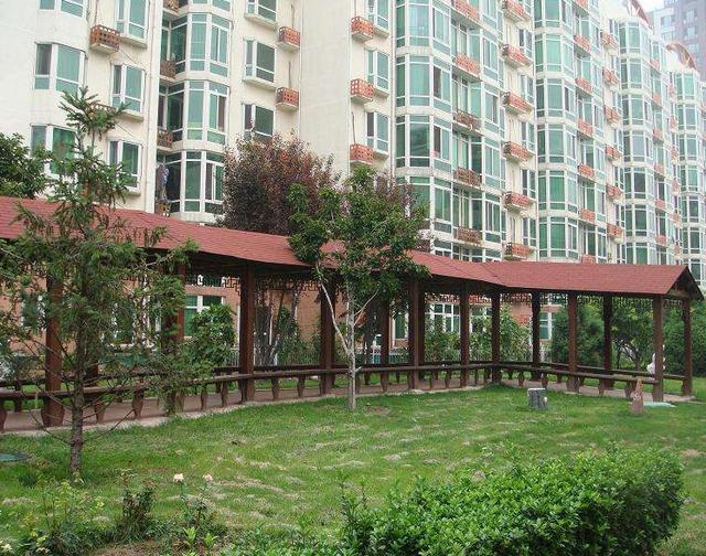 重庆城南家园公租房多个路口封路了,路过时一老头和保安起冲突.