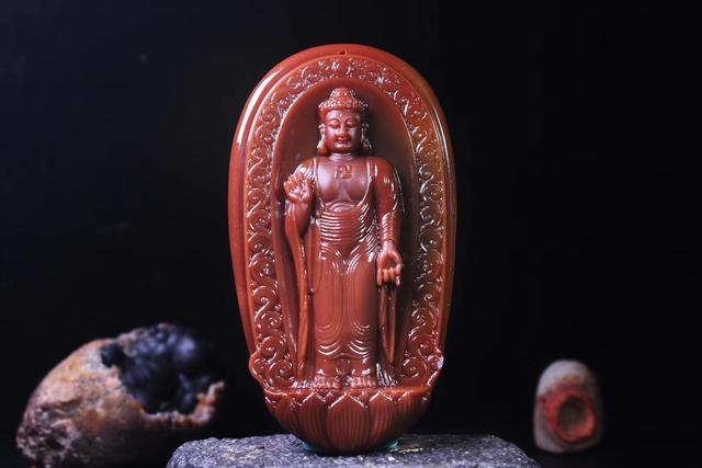 不管是阿拉善玛瑙还是呼伦贝尔彩玉,雕工好玉质细才有市场