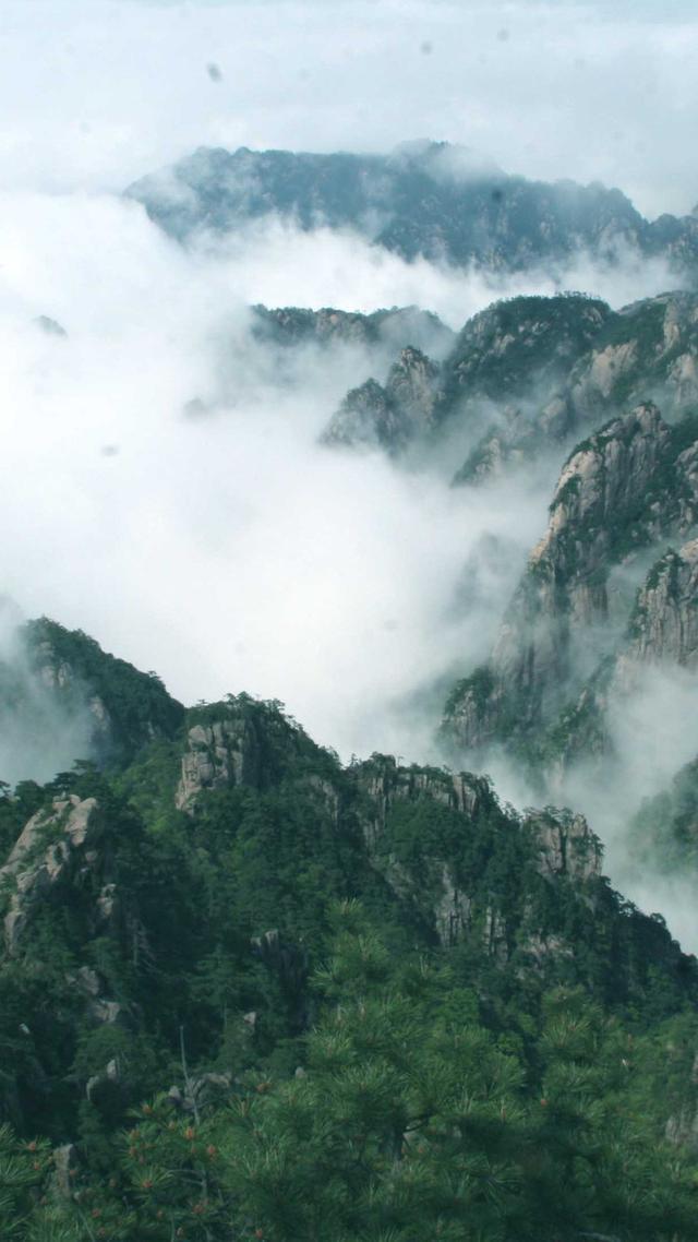 云遮雾绕  宛若仙境:乌拉盖大草原