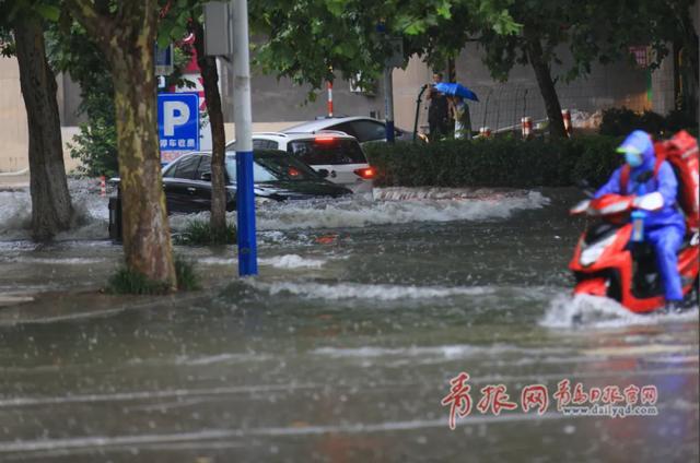 """台风今晨在我国登陆!山东继续发布暴雨黄色预警,青岛暴雨客车成了""""客船"""""""