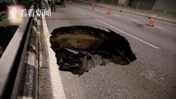 路面突现直径3米大坑 汽车来不及躲避一头扎进去