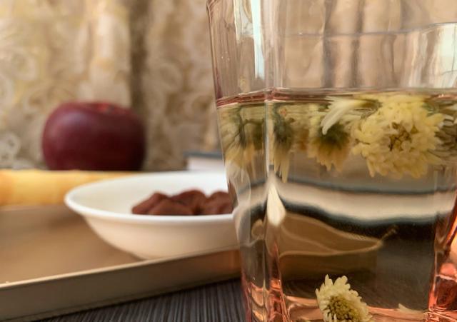 赵蕊蕊晒人生感悟,品茶吃苹果看书,38岁单身不显老 第2张