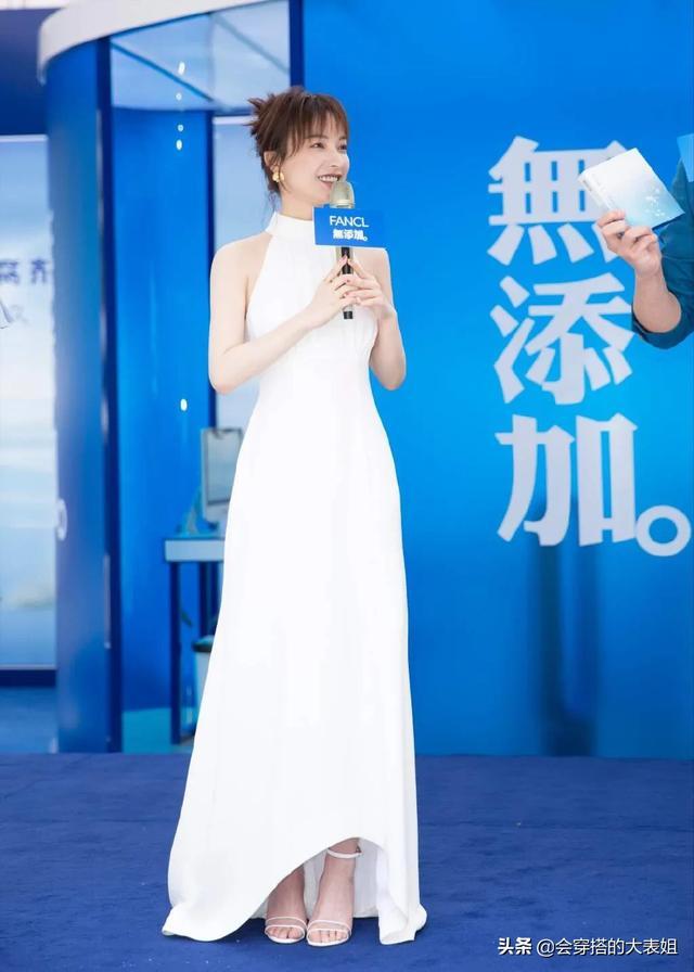 吴昕终于逆袭变美了!穿挂脖白裙亮相活动,优雅端庄,女神范十足