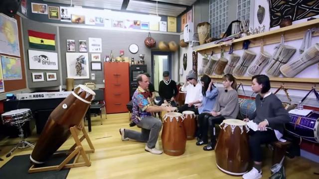 伯克利教授辅导中国歌手用非洲鼓表演《Shaa Yo Le》,鼓掌好独特