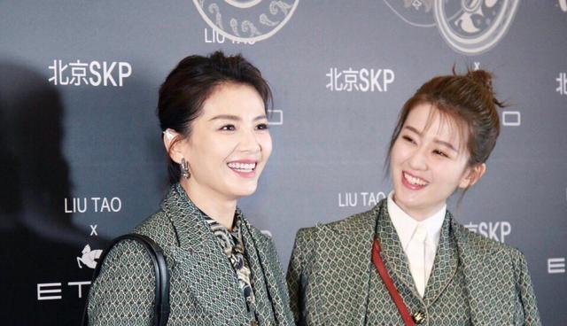 刘涛穿绿色蕾丝裙亮相活动现场,气色好好,很是少女感
