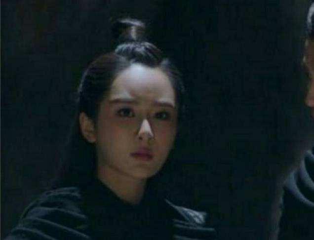 杨紫最新状态堪忧,脸颊微肿发际线高眼睛变小,网友吐槽堪比蜡像