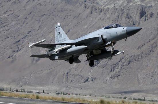 印度的心腹大患来了:巴基斯坦枭龙现身克什米尔,机翼挂满导弹