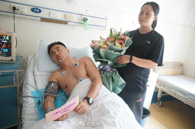 贵州公交坠湖后,法警陈阳阳跳水救人!