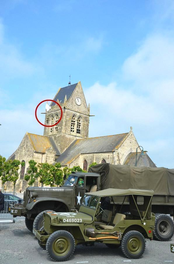 """二战期间,一美国伞兵挂教堂上装死,""""一挂就是70多年"""""""