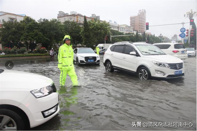 河南省商丘市交警雨中执勤忙 全力以赴保畅通