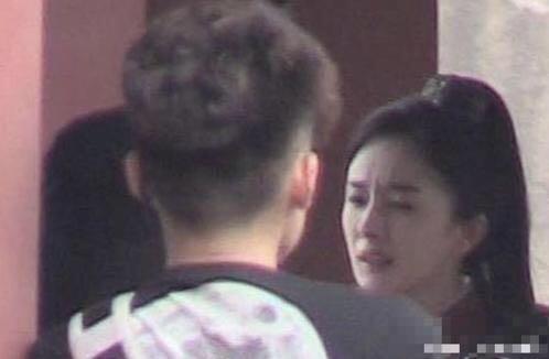 33岁杨幂又被曝黑脸不耐烦,眼神写满疲惫,爱情也无法拯救她?